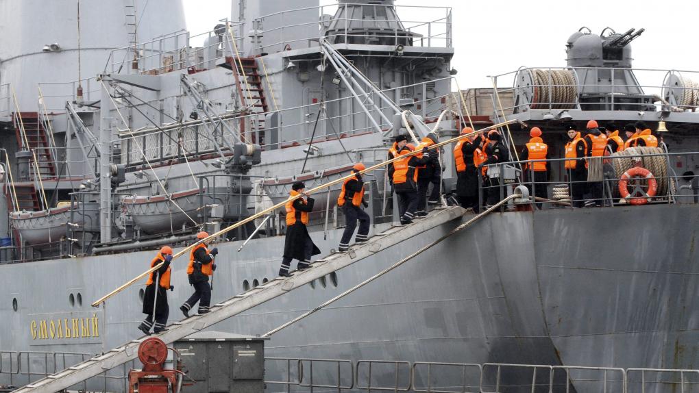 На фото: Российские моряки учебного корабля