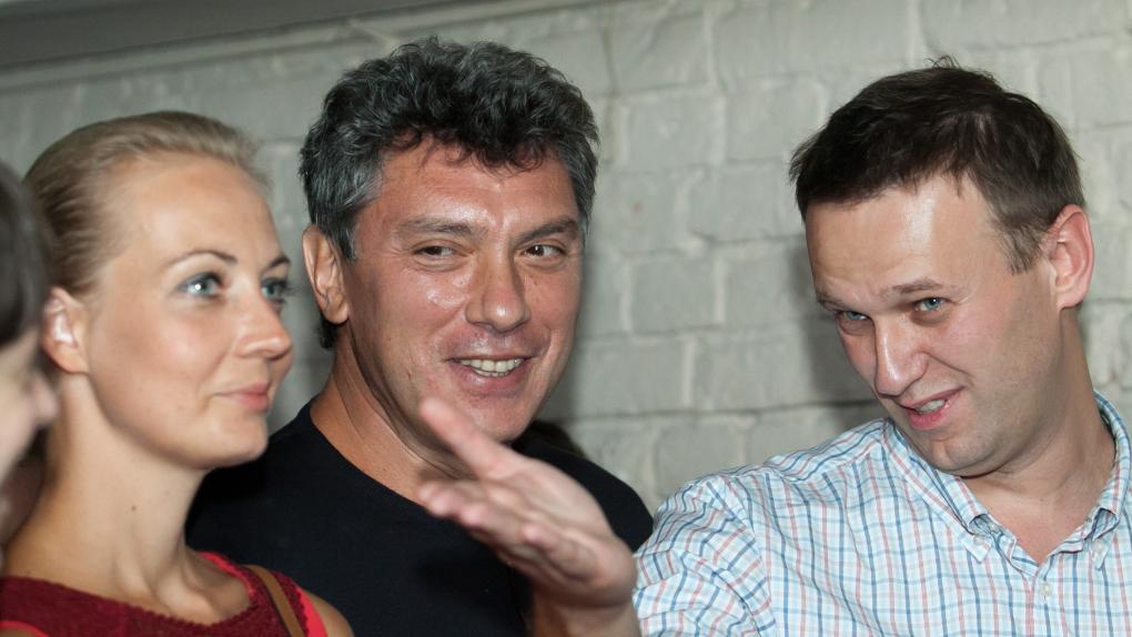 """Юлия Навальная, Борис Немцов и Алексей Навальный на вечере в поддержку """"узников 6 мая"""" 25 августа 2012 года"""