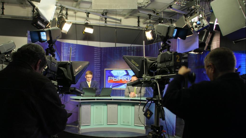 На фото: студия телеканала РБК во время эфира