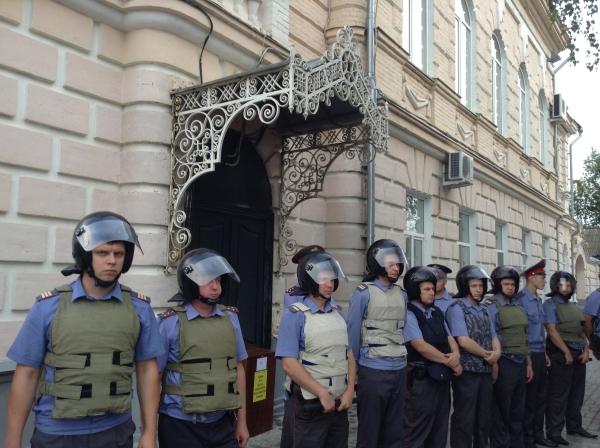 Сотрудники полиции охраняют мэрию Пугачева от митингующих жителей в июле 2013 года