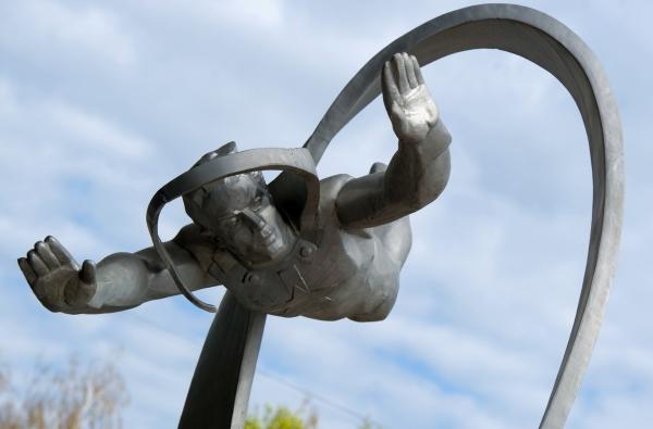 Памятник первому космонавту Юрию Гагарину на аллее Космонавтов в Звездном городке Подмосковья