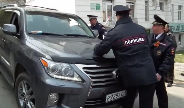 Принтскрин видеозаписи от 1 мая. Полицейские пытаются остановить внедорожник депутата Артуша Хачатряна