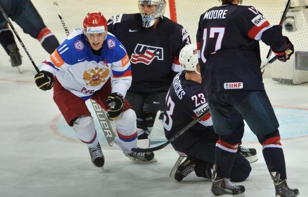 Игрок сборной России Евгений Малкин (слева) радуется забитому голу в матче 1/2 финала чемпионата мира по хоккею