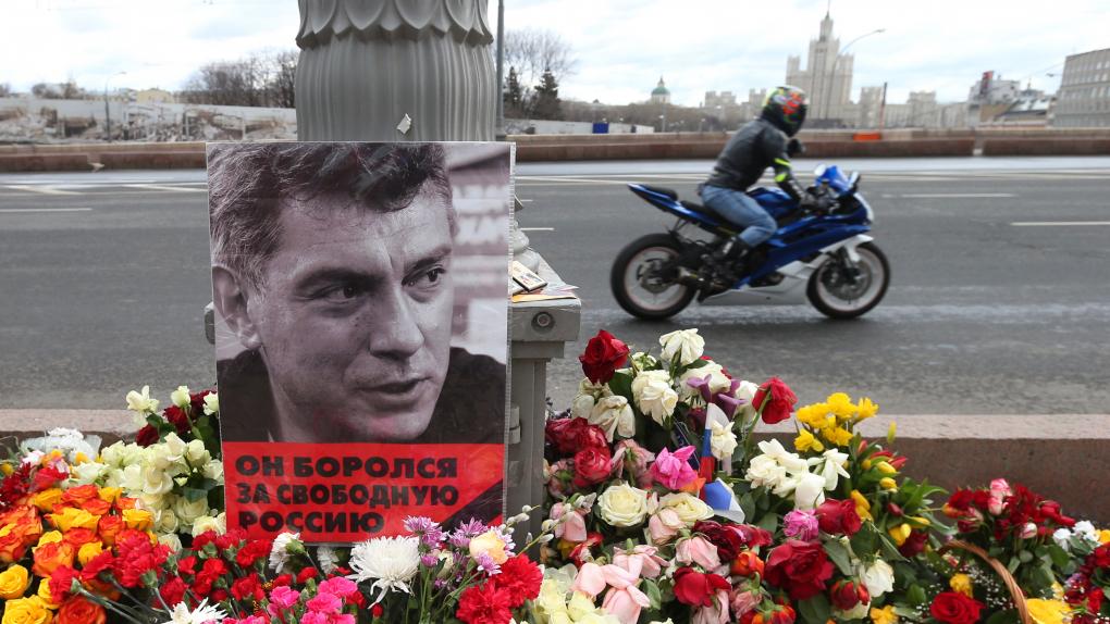 Народный мемориал на месте убийства Бориса Немцова