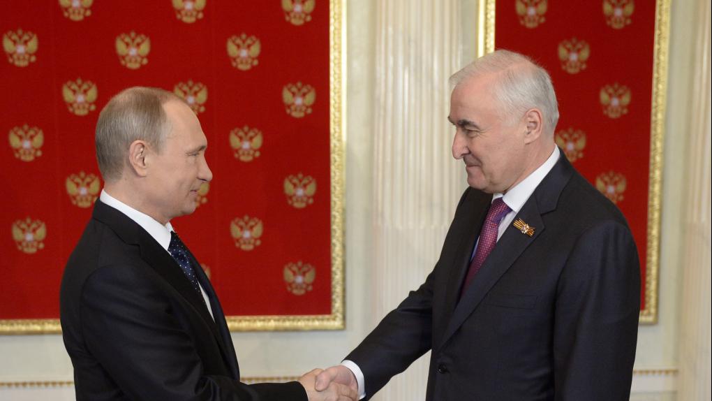 На фото: Президент России Владимир Путин и президент Республики Южная Осетия Леонид Тибилов во время праздничных мероприятий 9 мая