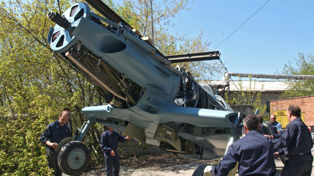 МиГ-3 выкатывают на улицу из цеха предприятия