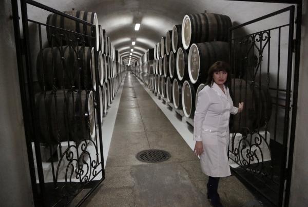 """Бочки с вином в подвале винодельческого завода """"Массандра"""""""