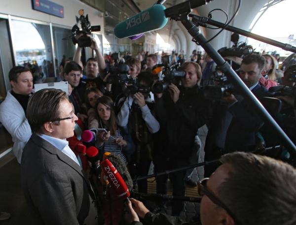 Адвокат Александр Карабанов общается с журналистами в аэропорту Внуково