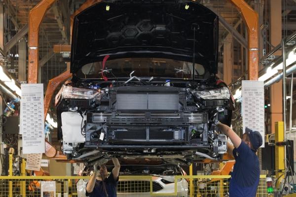 Сборка автомобиля новой модели Ford Focus на конвейере завода Ford Sollers во Всеволожске