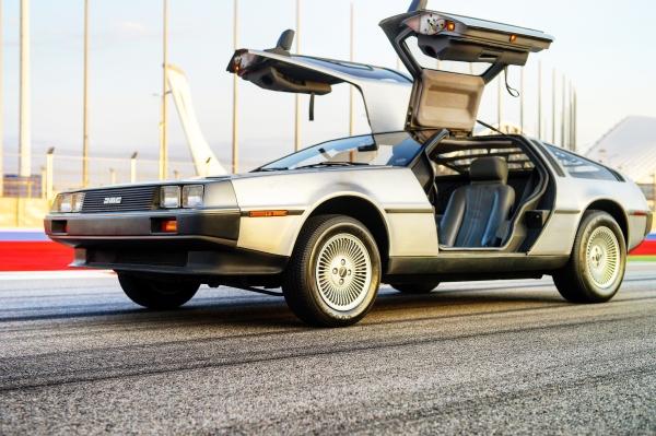 Автомобиль DeLorean DMC-12 на трассе
