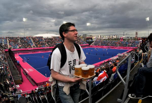 Болельщик несет пиво на трибуне стадиона в Лондоне