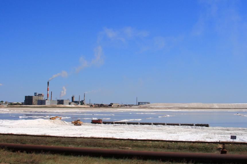 Вид на Кучукский сульфатный комбинат и залежи минеральных солей