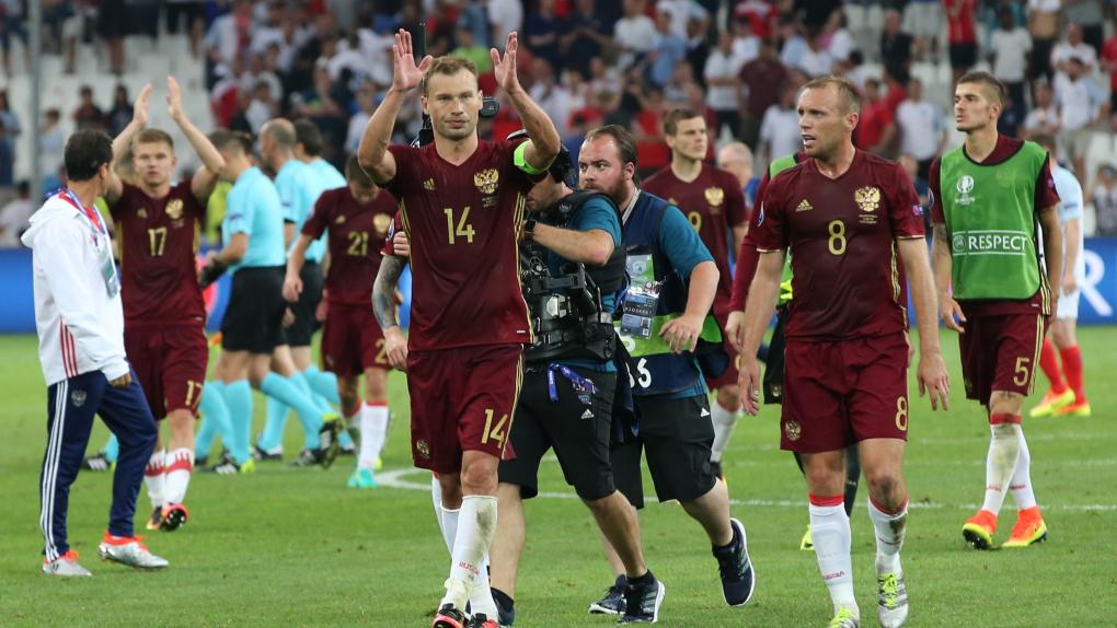 Игроки сборной России Василий Березуцкийи Денис Глушаков