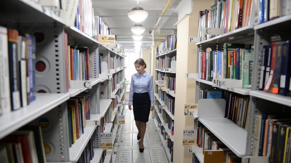 Служащая в основном здании областной универсальной научной библиотеки имени В.Г. Белинского в Свердловске