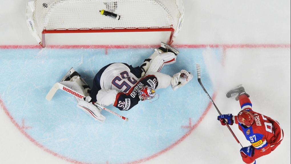 Игрок сборной России Никита Гусев (справа) забивает шайбу в ворота вратаря сборной США в матче группового этапа ЧМпо хоккею 2017