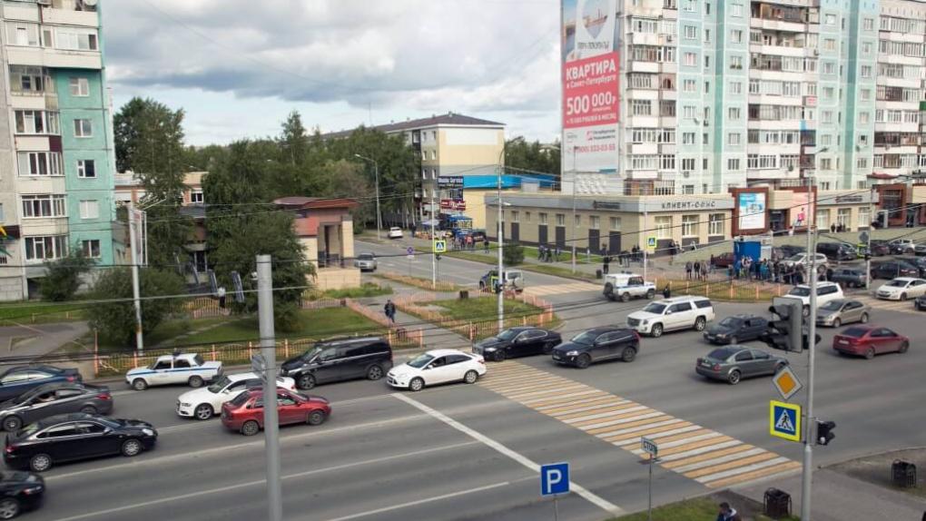 Место нападения боевика с ножом на прохожих в Сургуте