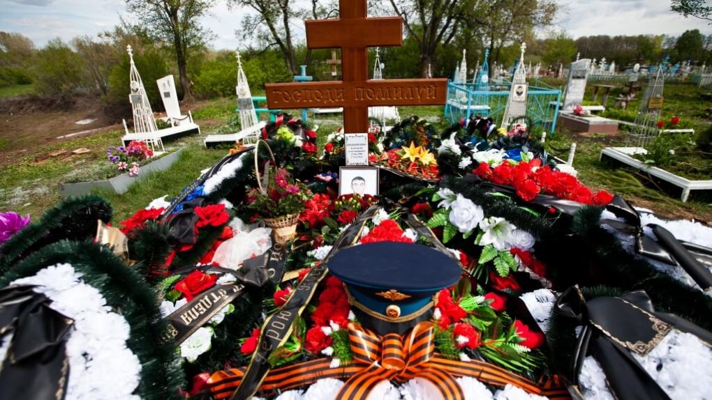 На фото: могила Александра Прохоренко в селе Городки Тюльганского района