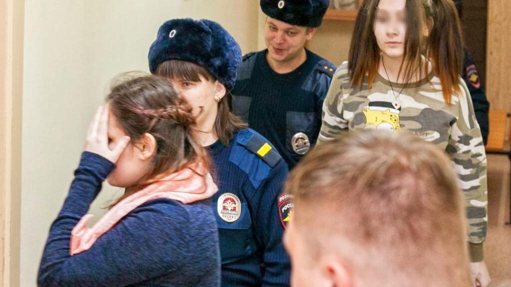 Алина Орлова (слева) и Алена Савченко (справа)