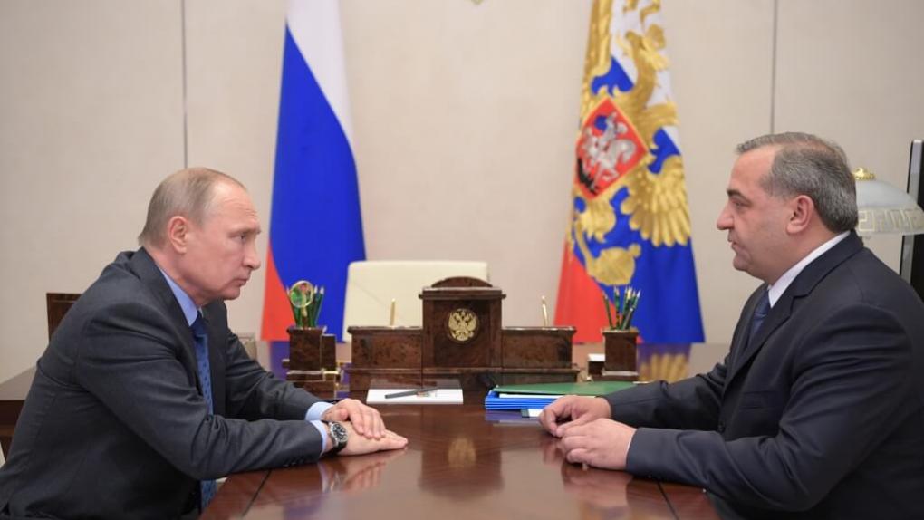 Президент РФ Владимир Путин и глава МЧС РФ Владимир Пучков во время встречи в резиденции Ново-Огарево