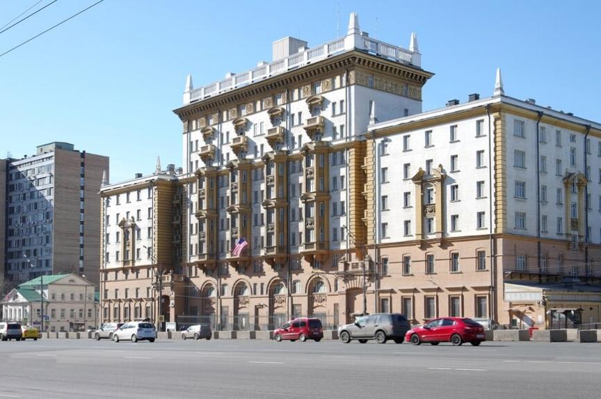 Американское посольство на Новинском бульваре в Москве