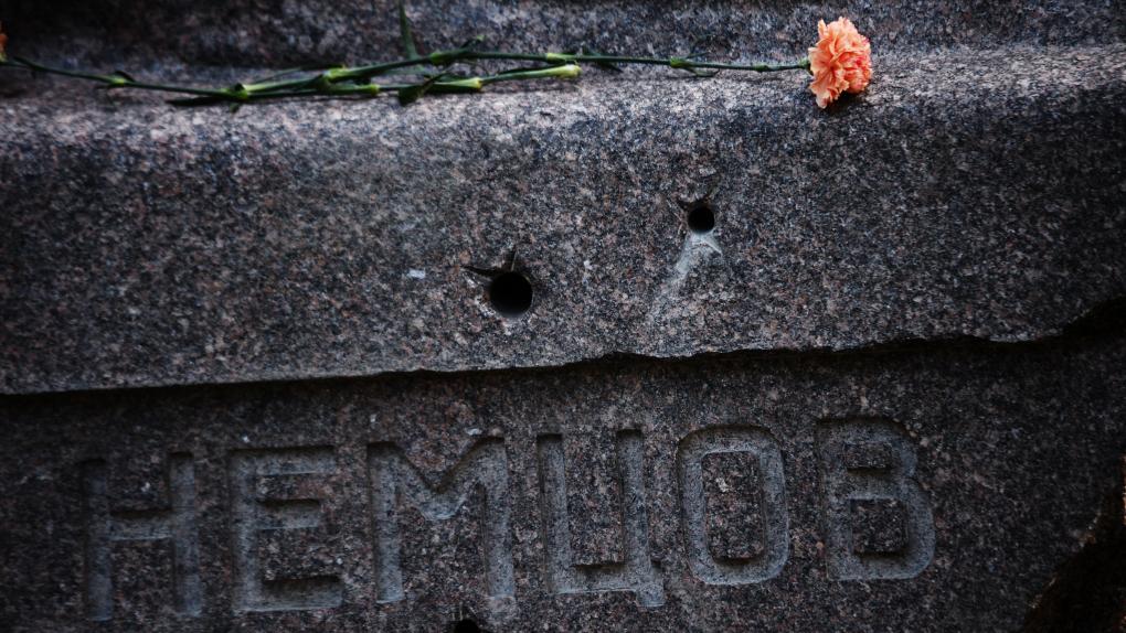 Фрагмент памятника на могиле политика Бориса Немцова на Троекуровском кладбище в Москве.
