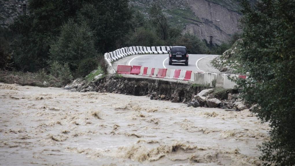 Дорога, пострадавшая от схода селя в Республике Кабардино-Балкария.