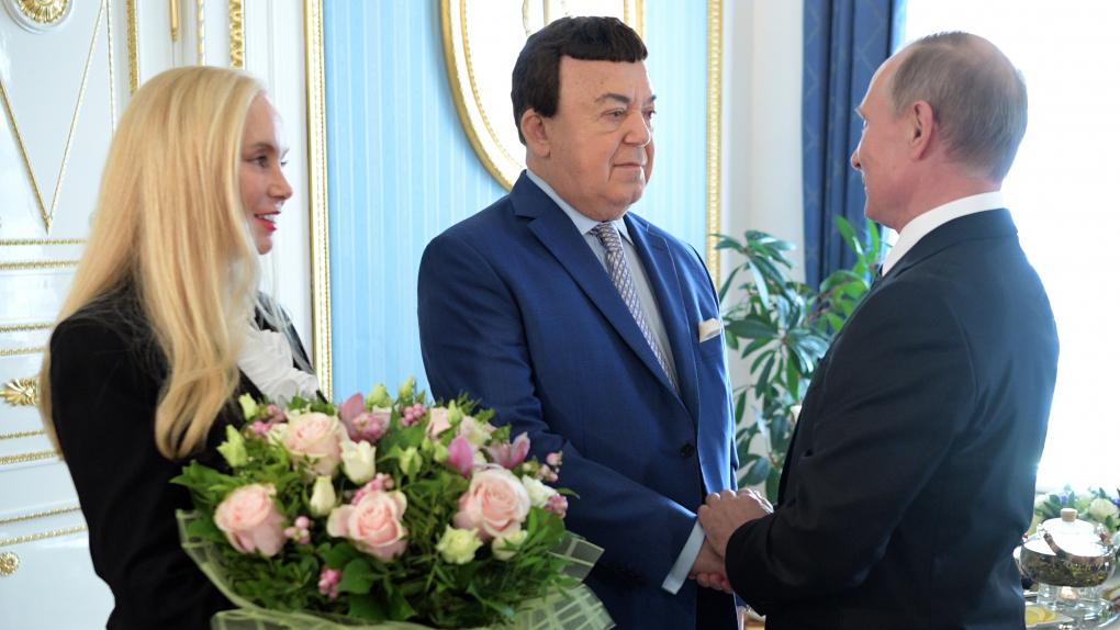 Президент РФ Владимир Путин и певец Иосиф Кобзон с супругой Нинель (справа налево) во время встречи.