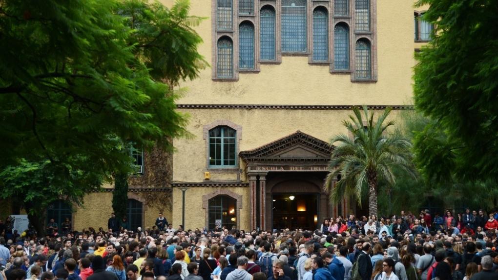 Люди у входа на избирательный участок в Барселоне во время референдума о независимости Каталонии.