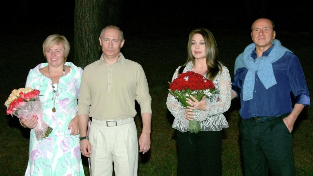 Вероника Ларио (третья слева), 2005 год.
