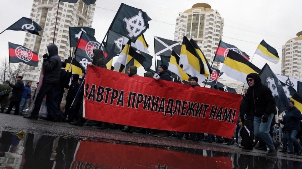 Москва. 4 ноября 2016. Участники шествия националистов на улице Перерва в районе Люблино.