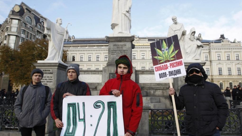 Марш сторонников и противников легализацию марихуаны в Киеве