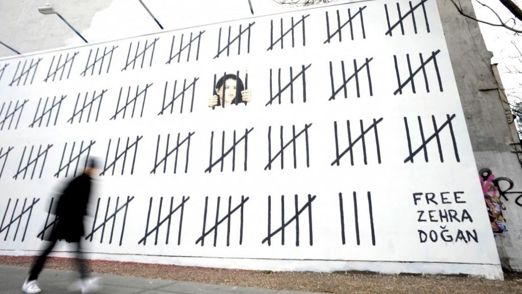 Граффити Бэнкси в поддержку осужденной турецкой художницы  в Нью-Йорке.