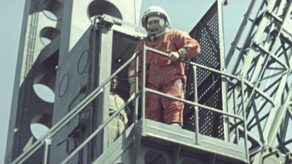 Космодром Байконур. Летчик-космонавт Андриян Николаев на стартовой площадке у лифта
