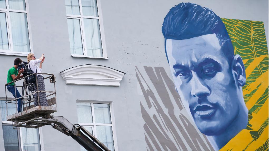 Граффити с изображением игрока сборной Бразилии по футболу Неймара на фасаде школы №1 в Казани.