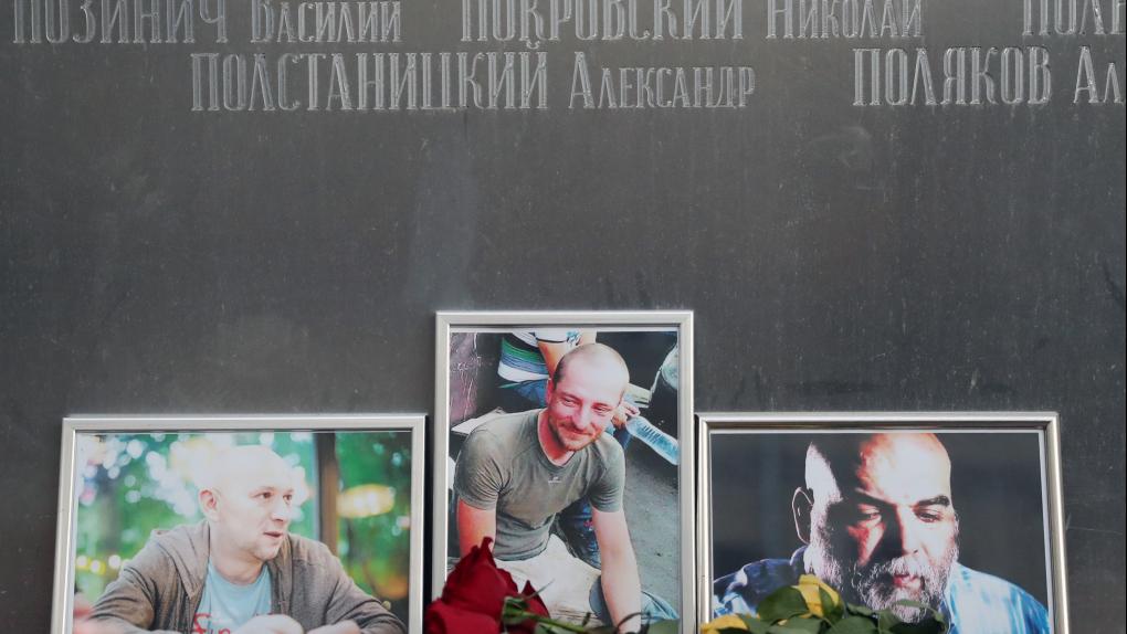 Цветы у Центрального дома журналиста в память об убитых в Центральноафриканской Республике (ЦАР) троих российских журналистах