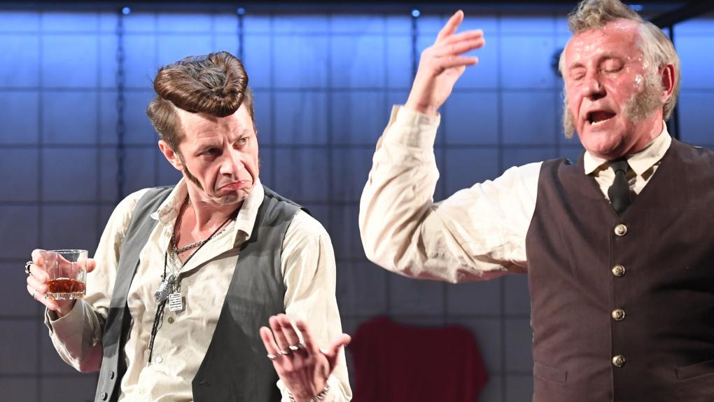 Илья Древнов (слева) в роли Ленни и Сергей Шеховцов (справа) в роли Сэма в спектакле Гарольда Пинтера