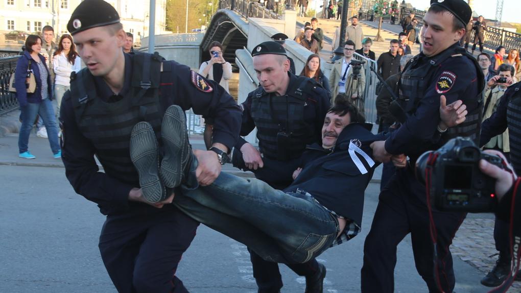 Задержание сотрудниками полиции участника акции, посвященной годовщине митинга на Болотной площади 6 мая 2012 года.