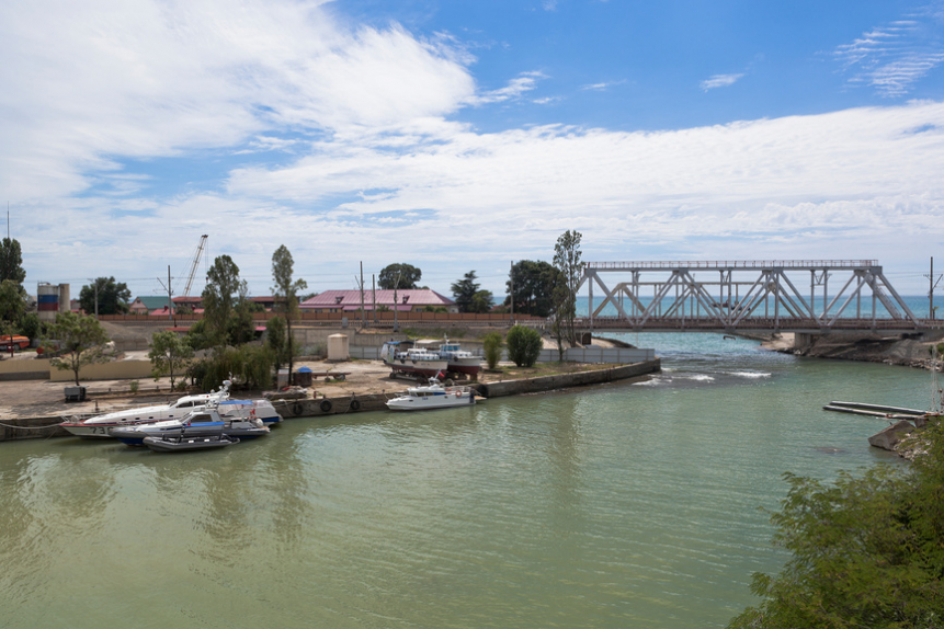 Вид на железнодорожный мост через реку Кудепста и место впадения реки в Чёрное море