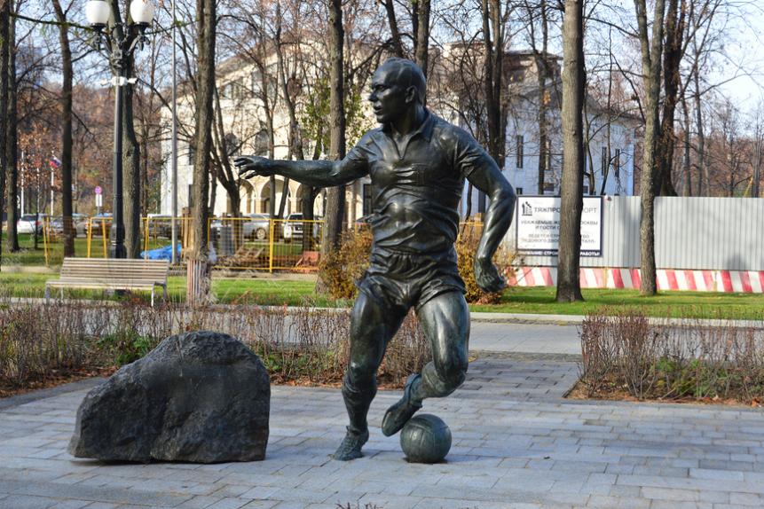 Памятник Эдуарду Стрельцову на стадионе