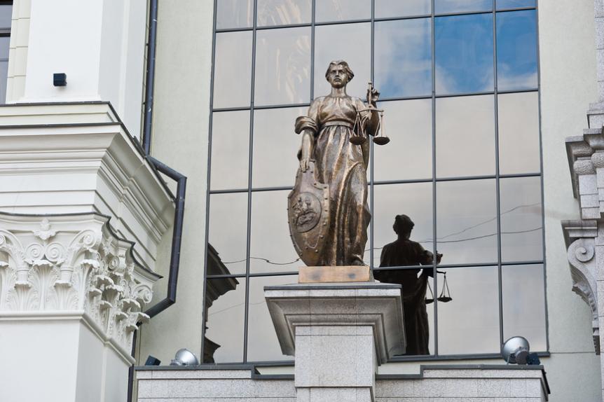 Статуя богини правосудия Фемиды. Здание Верховного Суда России в Москве