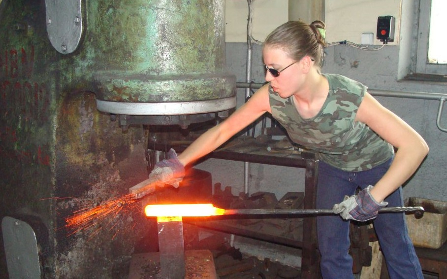 На фото: Мария Архангельская в оружейной мастерской