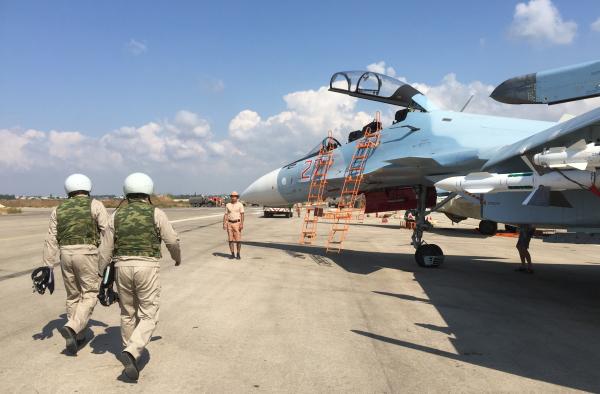 """Российские летчики готовятся к посадке в истребитель Су-30 перед вылетом с аэродрома """"Хмеймим"""" в Сирии."""