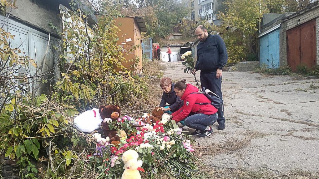 Россия. Саратов. Жители города несут мягкие игрушки и цветы к гаражному комплексу, где было найдено тело ранее пропавшей 9-летней девочки