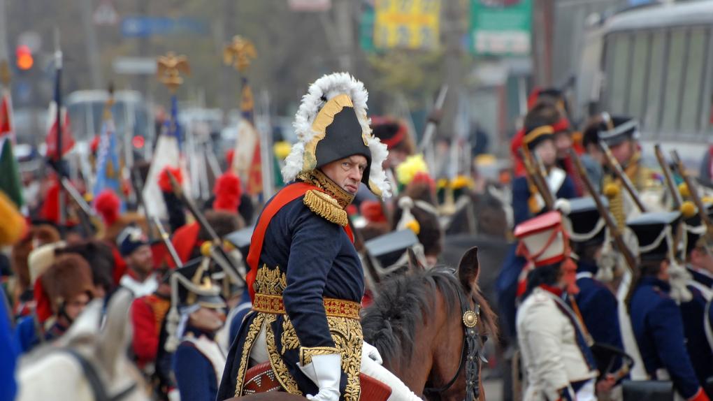 Президент общероссийского военно-исторического движения Олег Соколов в роли Наполеона (на первом плане) во время реконструкции боя за Малоярославец Отечественной войны 1812 года.